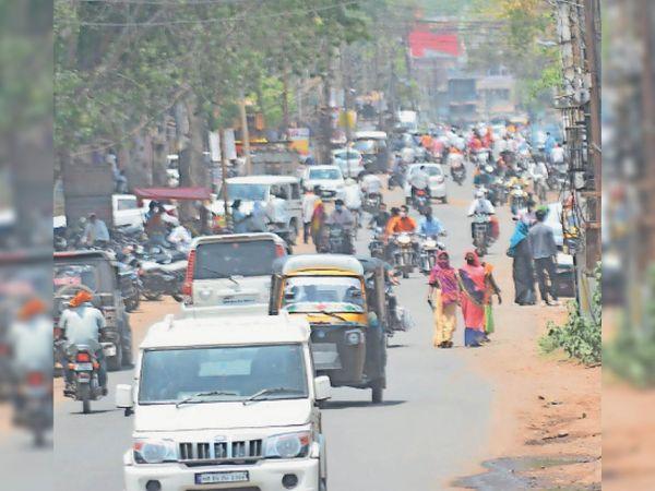 सोमवार को रोड पर दिखी लोगों की भीड़, क्योंकि कुछ को पैसों की जरूरत तो किसी को सामान खरीदना है। - Dainik Bhaskar