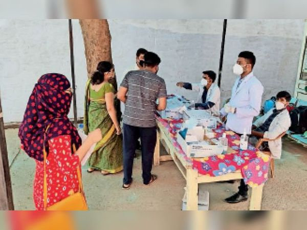 जिला अस्पताल में कोरोना जांच कराने पहुंचे लोग। - Dainik Bhaskar