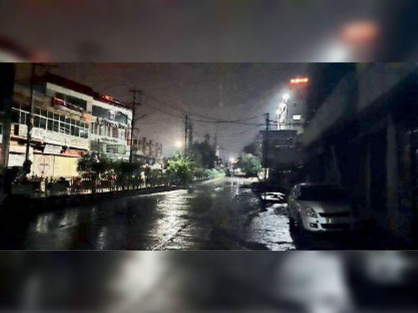 नालियां जाम इसलिए दो घंटे की बारिश के बाद शहर की ज्यादातर सड़कों पर भर गया पानी। - Dainik Bhaskar