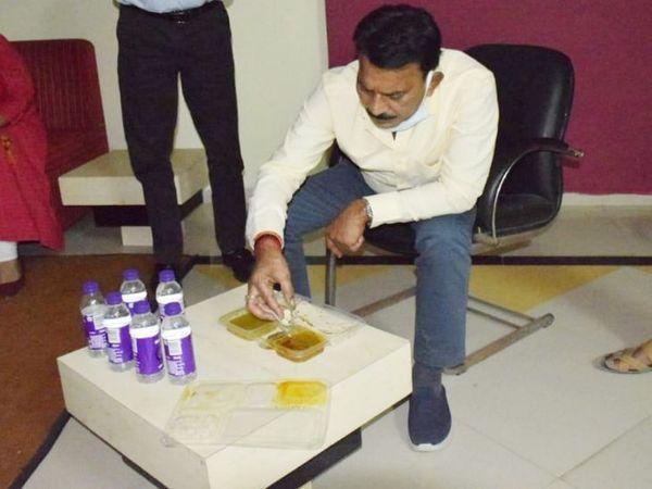 Indore Coronavirus; Madhya Pradesh Minister Tulsi Silawat Visit Index Hospital Today | मरीजों को मिलने वाले खाना बुलवाया और कुर्सी में बैठकर खाया भी; ऑक्सीजन प्लांट भी देखने पहुंचे
