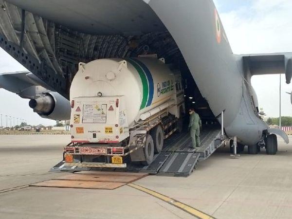 गुजरात के जाम नगर से ऑक्सीजन लाने के लिए जयपुर एयरपोर्ट से आज दो ऑक्सीजन टैंकर एयरलिफ्ट किए गए। - Dainik Bhaskar