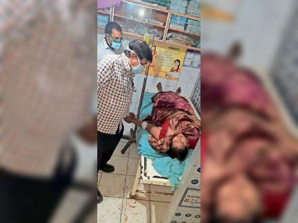 जख्मी महिला की इलाज करते डॉ.। - Dainik Bhaskar