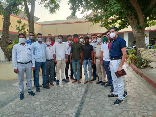 पुलिस गिरफ्त में विजय हत्याकांड के आरोपी ताहिर और हसन। - Dainik Bhaskar