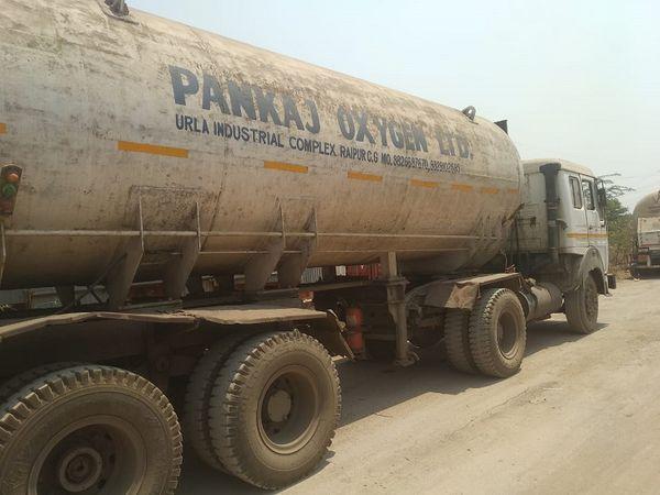 सरकार का दावा है कि उनके पास सरप्लस ऑक्सीजन है।  सरकार ऐसे टैंकरों के जरिए दूसरे प्रदेशों को भी सैकड़ों टन टन ऑक्सीजन की मदद भेज चुकी है।