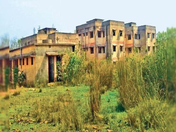 जमशेदपुर के धालभूमगढ़ के पावड़ा नरसिंहगढ़ गांव में 11 साल पूर्व 4.50 करोड़ रुपए से सीएचसी बनाया गया था। आज यह खंडहर में तब्दील हो गया है। - Dainik Bhaskar