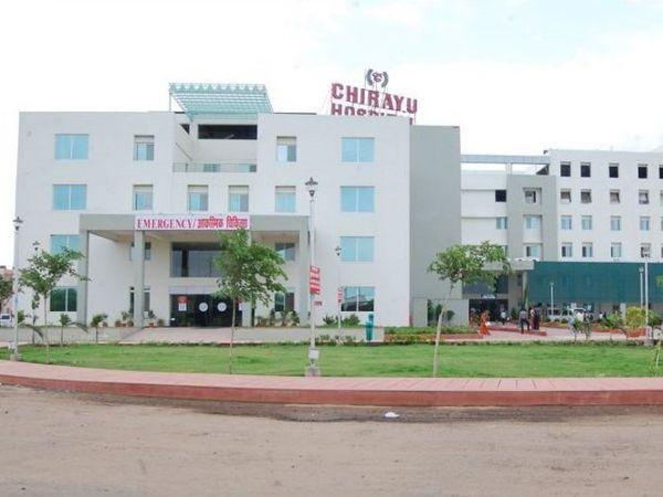 इसी चिरायु अस्पताल की पांचवीं मंजिल से कूदकर कोरोना संक्रमित ने जान दे दी। - Dainik Bhaskar