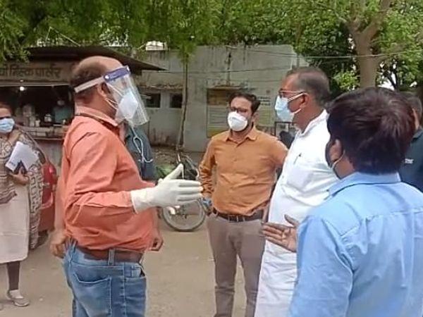 अधिकारियों से चर्चा करते विधायक रजौधा। - Dainik Bhaskar