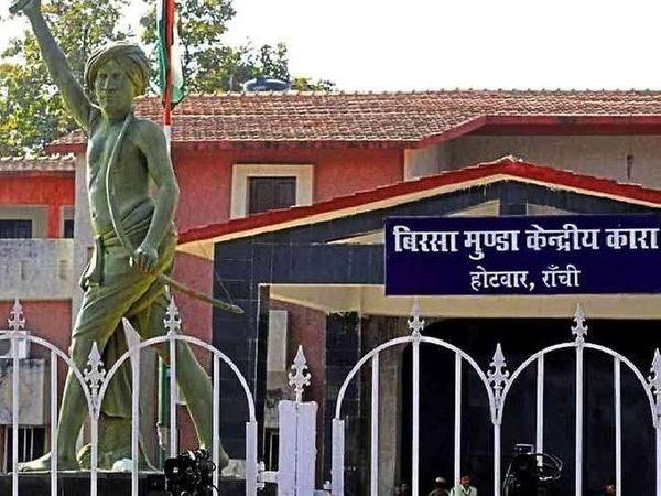 जेल आईजी ने बताया कि पिछले डेढ़ साल से मुलाकाती प्रक्रिया पर प्रतिबंध लगा दी गई है। - Dainik Bhaskar