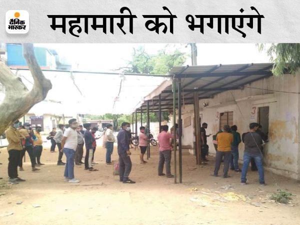 जयपुर के SMS अस्पताल में कोरोना की जांच करवाने के लिए कतार में लोग। - Dainik Bhaskar