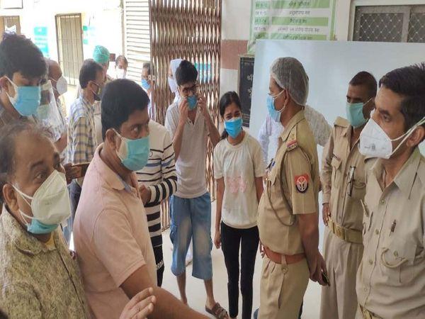 हॉस्पिटल में हंगामे के बाद पुलिस ने परिजनों को समझाकर शांत कराया। - Dainik Bhaskar