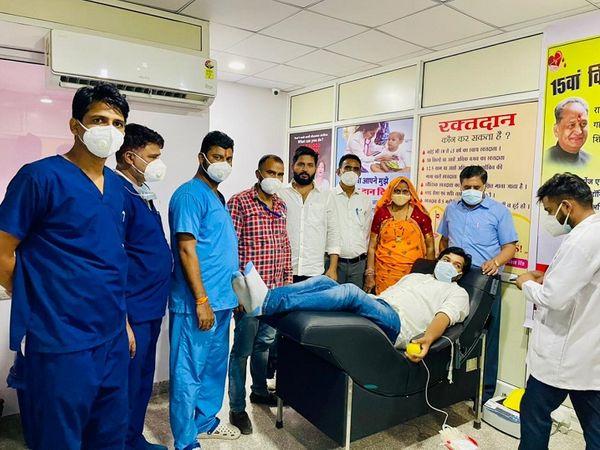 मुख्यमंत्री अशोक गहलोत के जन्म दिन पर नर्सिंग कर्मियों की ओर से ब्लड डोनेशन कैंप आयोजित किया गया। - Dainik Bhaskar