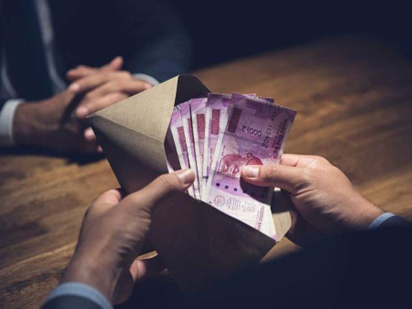 विजिलेंस की टीम ने जाल बिछाकर आरोपियों को पैसे लेते दबोचा। - Dainik Bhaskar