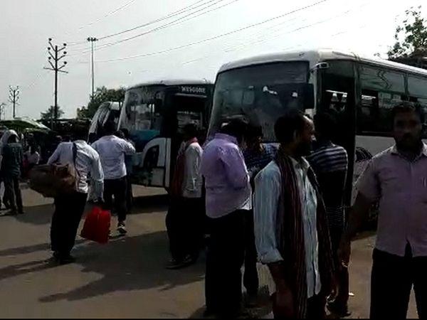पटना से बाहर जाने के लिए मीठापुर बस स्टैंड में आते लोग।