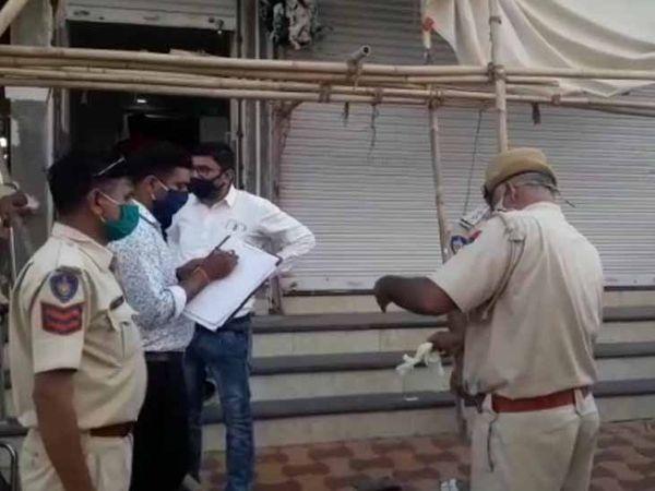 जोधपुर के चौपासनी हाउसिंग बोर्ड क्षेत्र में मगंलवार को एक युवक की हत्या के बाद मौका मुआयना करती पुलिस। - Dainik Bhaskar