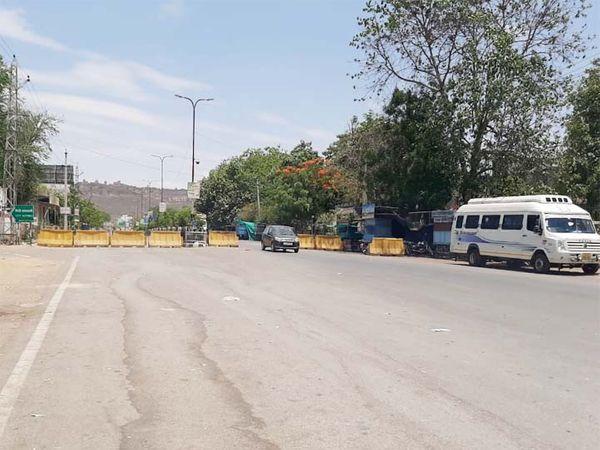 चित्तौड़गढ़ में पुलिस ने बेरिकेड्स तो लगा दिए, लेकिन वाहनों की आवाजाही बंद नहीं हुई। - Dainik Bhaskar