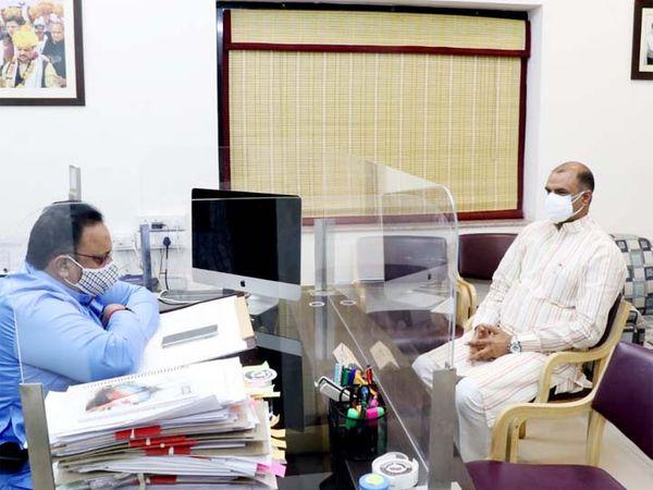 चित्तौड़गढ़ सांसद सीपी जोशी ने मंगलवार को राज्य के चिकित्सा एवं स्वास्थ्य मंत्री रघु शर्मा से मुलाकात कर अपने संसदीय क्षेत्र में सुविधा बढ़ाए जाने की बात की। - Dainik Bhaskar