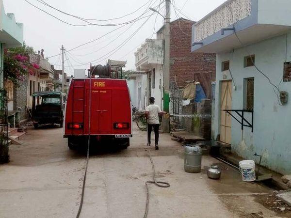 चित्तौड़ के एक वार्ड में घरों को सेनेटाइज करती दमकल। - Dainik Bhaskar
