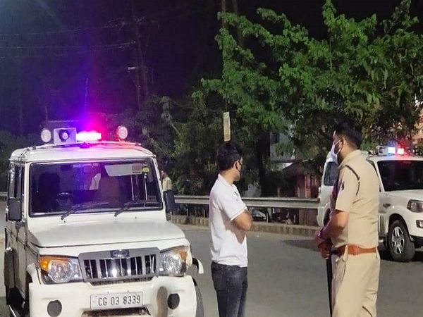 तस्वीर रायपुर की है। पुलिस विभाग के अधिकारियों ने रात में हर चौराहे पर स्थिति का जायजा लिया। - Dainik Bhaskar