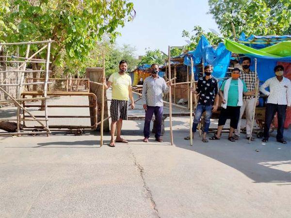 इस तरह धौलपुर के व्यापारियों ने बेरिकेड्स लगाकर पहरा देना शुरू कर दिया है। - Dainik Bhaskar