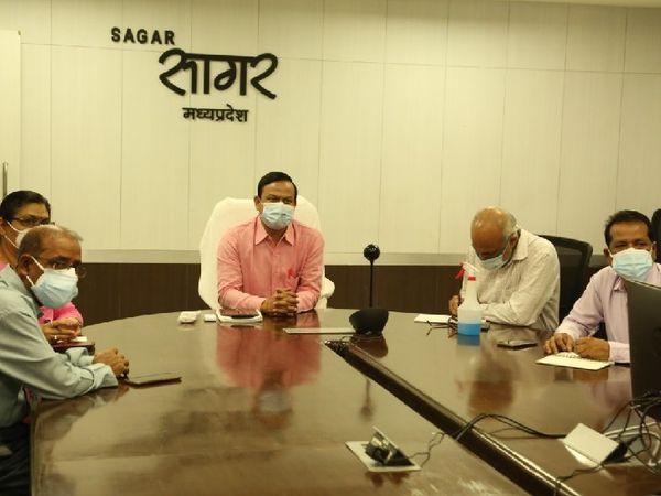 कोविड केयर सेंटरों की समीक्षा करते कलेक्टर सिंह।  - Dainik Bhaskar