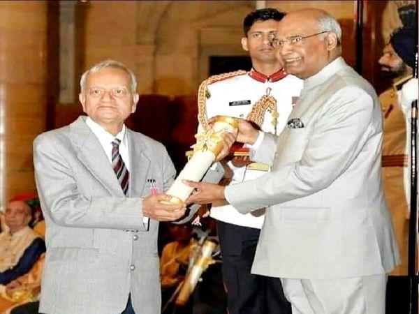 वर्ष 2018 में राष्ट्रपति द्वारा मानस बिहारी वर्मा को पद्मश्री पुरस्कार दिया गया। - Dainik Bhaskar