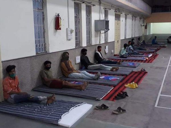 बेवजह घूमने वालों को कोटा के सोफिया स्कूल में क्वारेंटाइन किया गया। - Dainik Bhaskar