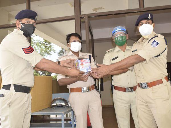 पुलिस कर्मियों के लिए 200 स्टीम मशीन वितरित करते हेड कांस्टेबल और उनकी टीम - Dainik Bhaskar