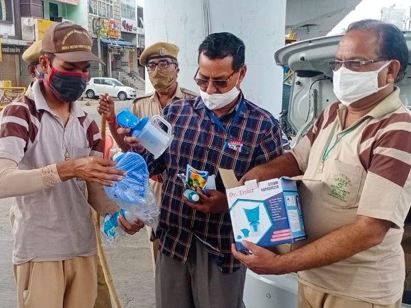 डेरा सच्चा सौदा के सेवादारदिनभर शहर के चौराहों में घूमकर कोरोना योद्धाओं की मदद कर रहे है - Dainik Bhaskar