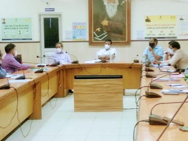 कलक्टर उज्ज्वल राठौड़ टैगोर सभागार में कोविड प्रबंधन समिति की बैठक ली - Dainik Bhaskar