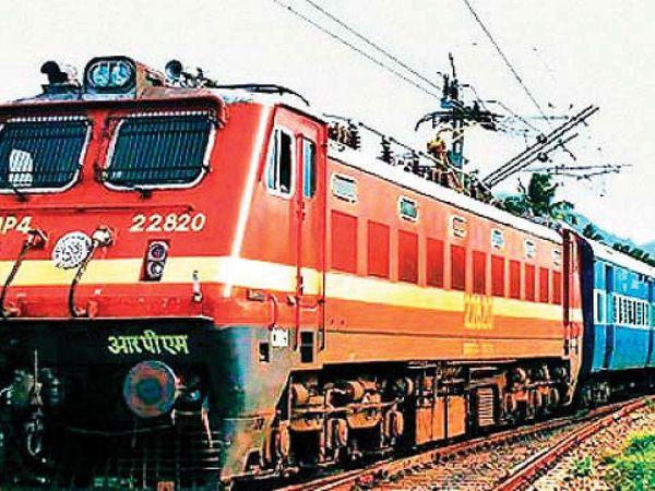। रेलवे के अधिकारियों के मुताबिक हर दिन लगभग 40 से 50 फीसदी यात्रियों के साथ महत्वपूर्ण ट्रेनें चल रही है। (फाइल) - Dainik Bhaskar