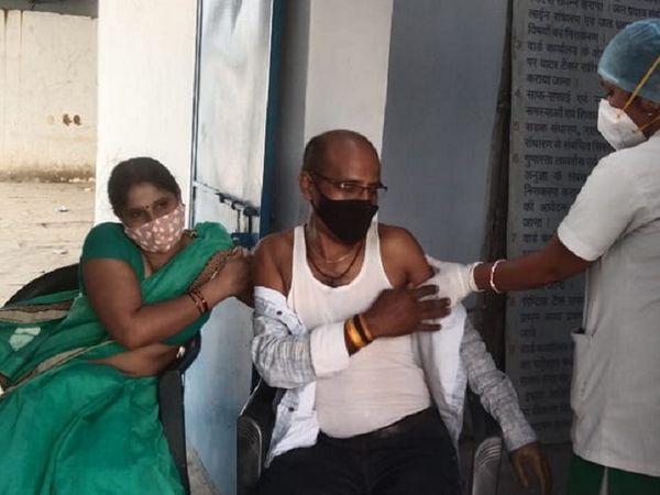 कोरबा में अंत्योदय राशन कार्डधारक के 18+ सदस्यों को 3 दिन से टीका लग रहा है, पर अब तक सिर्फ 554 लोगों का वैक्सीनेशन हो पाया है। - Dainik Bhaskar