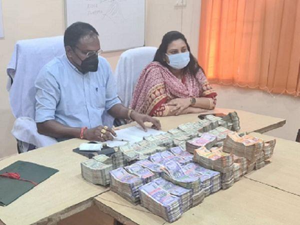 आरोपियों ने बताया है कि रायपुर स्थित अमर प्लास्टिक कंपनी के कलेक्शन के रुपए हैं। इस संबंध में कोई दस्तावेज पेश नहीं कर सके। SP ने बताया कि मामले की जानकारी इनकम टैक्स को दे दी गई है। - Dainik Bhaskar