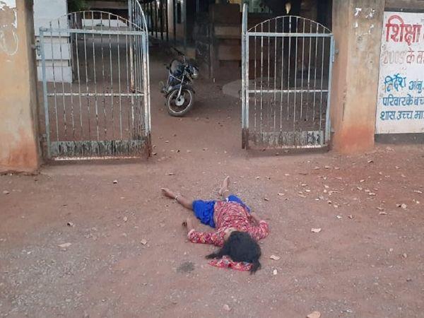 तस्वीर रायपुर के माना कैम्प इलाके की है।काफी देर तक युवती की लाश यूं ही पड़ी रही शुरूआती जांच के बाद इसे अंबेडकर अस्पताल की मर्चूरी में भेजा गया। - Dainik Bhaskar