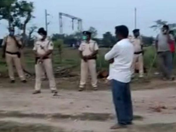चनपटिया में मरीज के परिजनों को समझाने पहुंची पुलिस। - Dainik Bhaskar