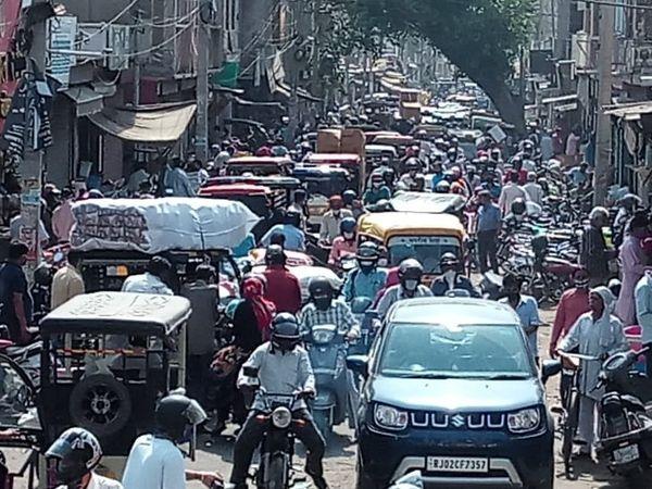 ये कटला बाजार है, जहां सोमवार को इस तरह भीड़ थी।