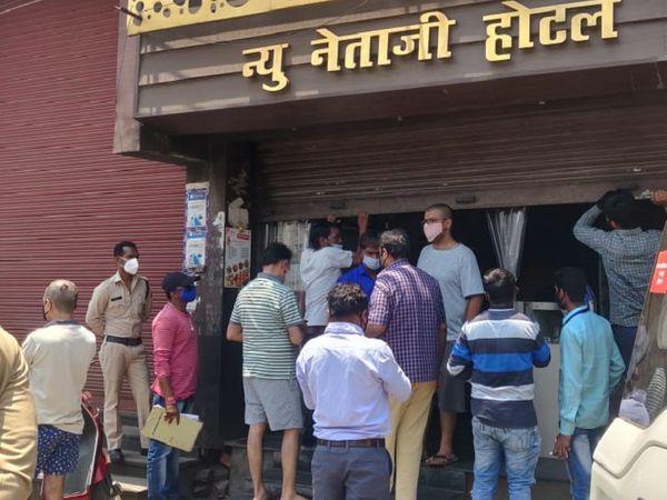 तस्वीर रायपुर के कटोरा तालाब इलाके की है। इस दुकान को सील कर अफसरों ने आस-पास के कारोबरियों को भी सख्त हिदायत दी है। - Dainik Bhaskar
