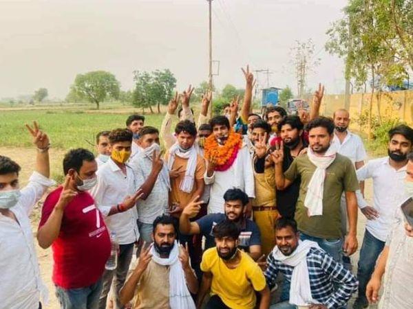 जीत के बाद जश्न मनाते लोग। - Dainik Bhaskar