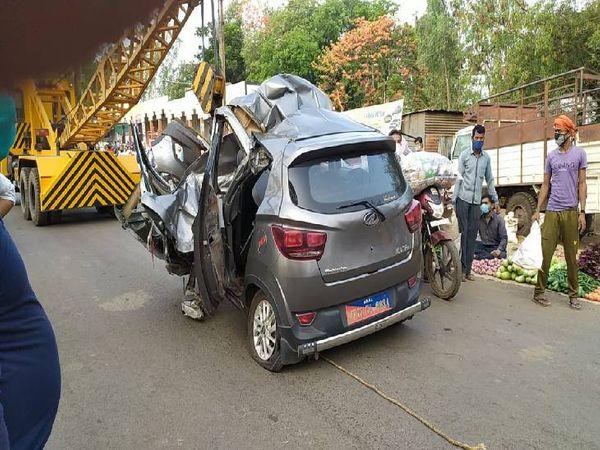 हादसे में क्षतिग्रस्त कार। - Dainik Bhaskar