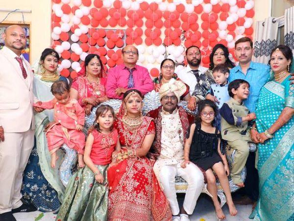 फोटो में दिखाई दे रहे परिवार के 11 लोग और 5 बच्चे।