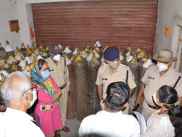 विंध्या इंजीनियरिंग से ऑक्सीजन सिलेंडर जब्त करती पुलिस - Dainik Bhaskar