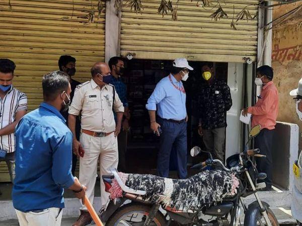 आधा शटर खुला मिलने पर चालानी कार्यवाही की गई। - Dainik Bhaskar