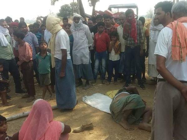 घटना के बाद मौके पर जुटे लोग। - Dainik Bhaskar