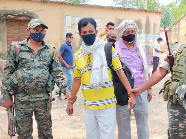 गिरफ्तार करने के बाद रोजगार सेवक को ACB कार्यालय लाया गया। - Dainik Bhaskar