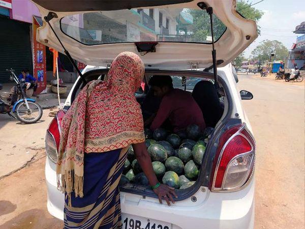 किसान ने कार में तरबूज की बिक्री की। - Dainik Bhaskar