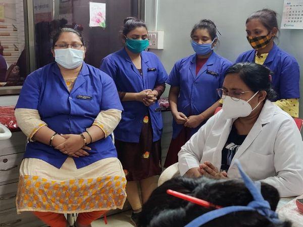 तस्वीर रायपुर से लगे तिल्दा की है। नर्स इस प्रार्थना के बाद ही काम शुरू करती हैं, ताकि मरीज की सेहत में सुधार हो सके। - Dainik Bhaskar