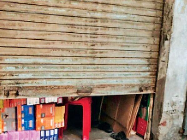पानीपत. किला क्षेत्र के मुख्य बाजार में दुकान का खुला आधा शटर। - Dainik Bhaskar