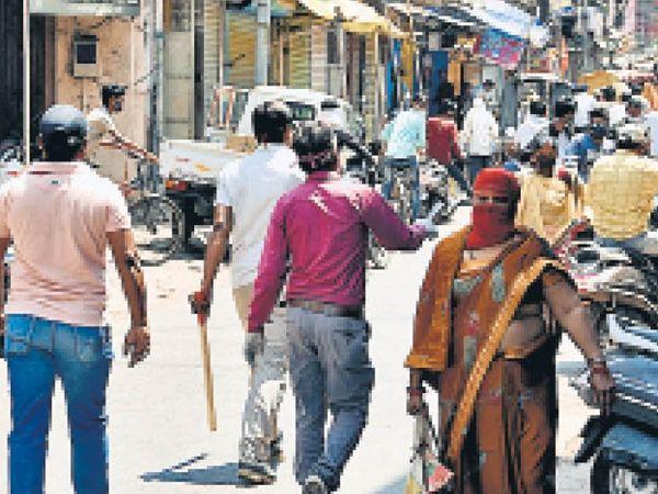 संक्रमण की अंधाधुंध रफ्तार के बाद भी लोग मानने तैयार नहीं। - Dainik Bhaskar