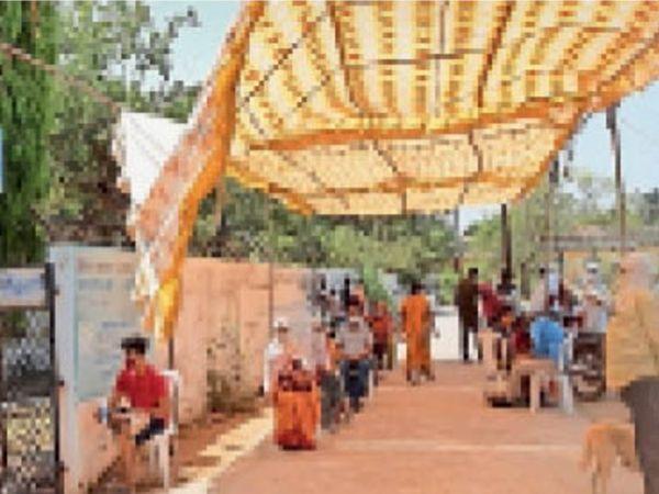इटारसी। जांच सेंटर के बाहर आरटीपीसीआर टेस्ट करवाने खड़े लोग। - Dainik Bhaskar