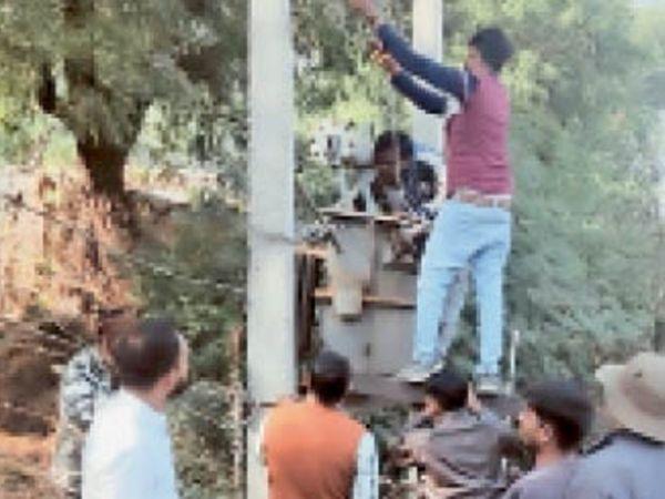 बिजली कंपनी के कर्मचारी फील्ड में सेवाएं देते हुए। - Dainik Bhaskar