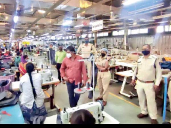 मूसाखेड़ी स्थित बैग फैक्टरी में 350 से अधिक वर्कर काम करते मिले। इसे भी सील कर दिया गया। - Dainik Bhaskar